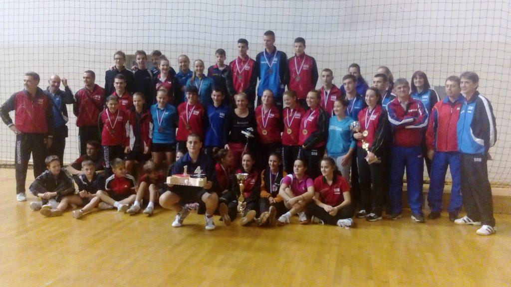 Igrači i treneri Srbije sa slavljenikom